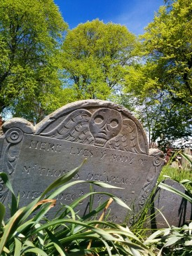 Boston gravestone (site unknown, likely Copp's Hill) with similar design. Photo from fiveminutehistory.com